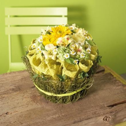 sommer flower arrangement with vines